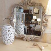 Specchiera in legno di larice antico intagliato decapè. Frontale. Arredamento classico contemporaneo Siena e Firenze