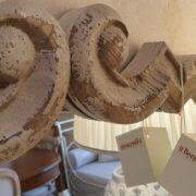 Specchiera in legno di larice antico intagliato decapè. Particolare intaglio. Arredamento classico contemporaneo Siena e Firenze