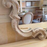 Specchiera in legno di larice antico intagliato decapè. Particolare. Arredamento classico contemporaneo Siena e Firenze