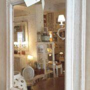 Specchiera rettangolare laccata a mano colore avorio con specchio anticato. Di lato. Arredamento classico contemporaneo Siena e Firenze