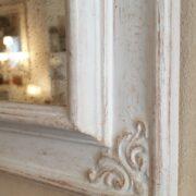 Specchiera rettangolare laccata a mano colore avorio con specchio anticato. Particolare intaglio. Arredamento classico contemporaneo Siena e Firenze