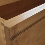 Cassettiera in legno di abete anticato con 4 cassetti in finitura Particolare coda di rondine. Arredamento classico contemporaneo su misura Siena e Firenze