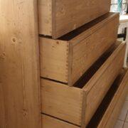 Cassettiera in legno di abete anticato con 4 cassetti in finitura miele. Aperti. Arredamento classico contemporaneo su misura Siena e Firenze