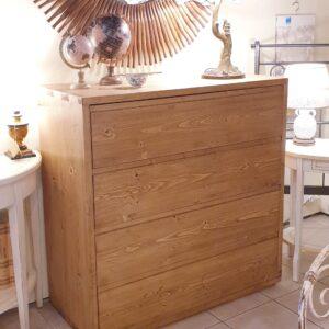 Cassettiera in legno di abete anticato con 4 cassetti in finitura miele. Arredamento classico contemporaneo su misura Siena e Firenze