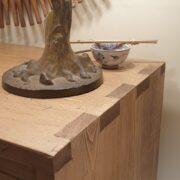 Cassettiera in legno di abete anticato con 4 cassetti in finitura miele. Di lato. Arredamento classico contemporaneo su misura Siena e Firenze