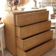 Cassettiera in legno di abete anticato con 4 cassetti in finitura miele. I cassetti.Arredamento classico contemporaneo su misura Siena e Firenze (