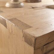 Cassettiera in legno di abete anticato con 4 cassetti in finitura miele. Particolare angolo piano.Arredamento classico contemporaneo su misura Siena e Firenze