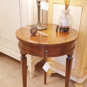Tavolino rotondo in legno di noce intarsiato in stile Luigi XVI. Arredamento classico contemporaneo Siena e Firenze