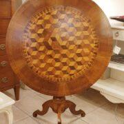 Tavolo a vela in legno di noce intarsiato toscano metà '800. Particolare chiuso frontale. Mobili antichi Siena e Firenze