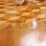Tavolo a vela in legno di noce intarsiato toscano metà '800. Particolare. Mobili antichi Siena e Firenze