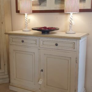 Credenza in legno di tiglio laccata a mano a due ante e due cassetti. Arredamento classico contemporaneo Siena e Firenze