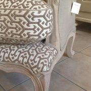 Poltrona Bergère in legno di rovere massello con imbottito in cotone. Particolare seduta. Arredamento classico contemporaneo Siena e Firenze