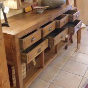 Consolle cassettiera in legno di larice dei primi del '900. Particolare cassetti aperti. Mobili antichi Siena e Firenze