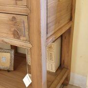 Consolle cassettiera in legno di larice dei primi del '900. Particolare fianco. Mobili antichi Siena e Firenze.