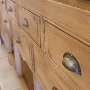 Consolle cassettiera in legno di larice dei primi del '900. Particolare maniglie. Mobili antichi Siena e Firenze