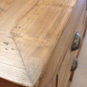 Consolle cassettiera in legno di larice dei primi del '900. Particolare piano. Mobili antichi Siena e Firenze