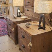 Coppia di comodini in legno di abete antico. Di lato. Arredamento classico contemporaneo Siena e Firenze