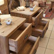 Coppia di comodini in legno di abete antico. Particolare cassetti aperti. Arredamento classico contemporaneo Siena e Firenze