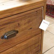 Coppia di comodini in legno di abete antico. Particolare maniglie. Arredamento classico contemporaneo Siena e Firenze