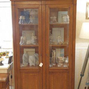 Vetrina a due ante toscana in legno di ciliegio con vetri anticati. Arredamento classico contemporaneo Siena e Firenze