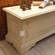 Cassapanca laccata a mano con filetto decorativo. Di lato. Arredamento classico contemporaneo Siena e Firenze.