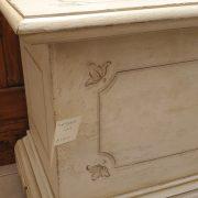 Cassapanca laccata a mano con filetto decorativo. Particolare. Arredamento classico contemporaneo Siena e Firenze.