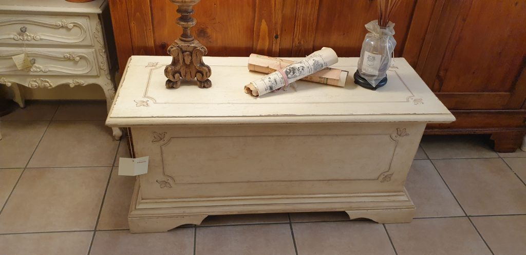 Cassapanca laccata a mano con filetto decorativo.Arredamento classico contemporaneo Siena e Firenze.