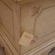 Cassapanca laccata a mano con filetto decorativo.Particolare angolare. Arredamento classico contemporaneo Siena e Firenze.