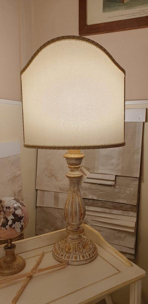 Lampada in legno intagliato con laccatura foglia oro sbiancata con ventola. Arredamento classico contemporaneo Siena e Firenze.