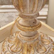 Lampada in legno intagliato con laccatura foglia oro sbiancata con ventola. Particolare base. Arredamento classico contemporaneo Siena e Firenze.