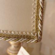 Lampada in legno intagliato con laccatura foglia oro sbiancata con ventola. Particolare passamaneria ventola. Arredamento classico contemporaneo Siena e Firenze