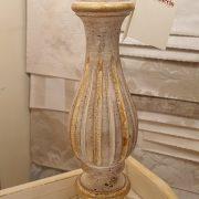 Lampada in legno intagliato con laccatura foglia oro sbiancata con ventola. Particolare. Arredamento classico contemporaneo Siena e Firenze.