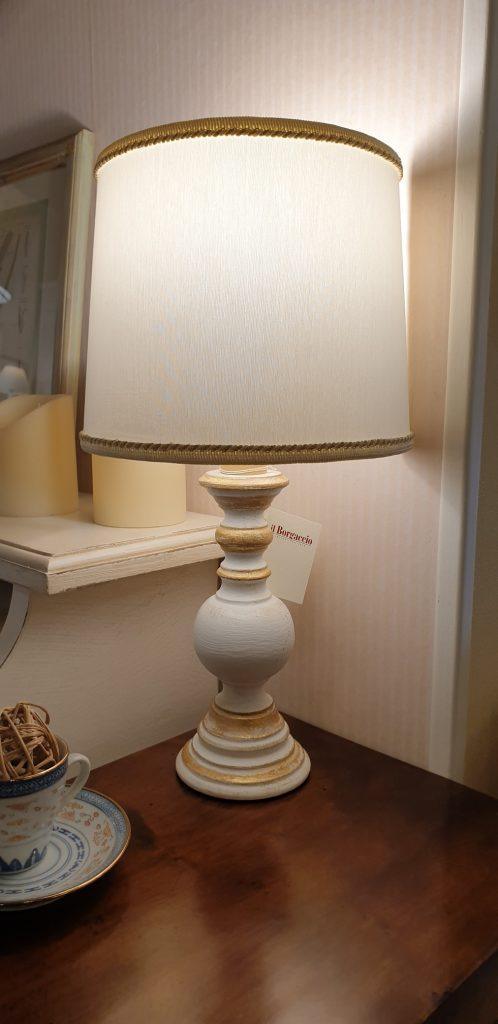 Lampada in legno laccata a mano con ventola in stoffa. Arredamento classico contemporaneo Siena e Firenze