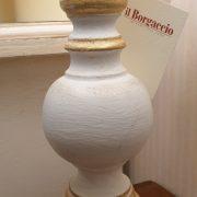 Lampada in legno laccata a mano con ventola in stoffa. La base. Arredamento classico contemporaneo Siena e Firenze.