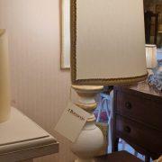 Lampada in legno laccata a mano con ventola in stoffa. Particolare laterale. Arredamento classico contemporaneo Siena e Firenze.