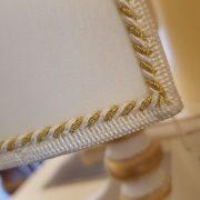 Lampada in legno laccata a mano con ventola in stoffa. Particolare ventola passamaneria. Arredamento classico contemporaneo Siena e Firenze.