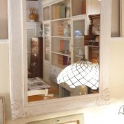 Specchiera in legno rettangolare laccata a mano in colore avorio. Di lato. Arredamento classico contemporaneo su misura Siena e Firenze