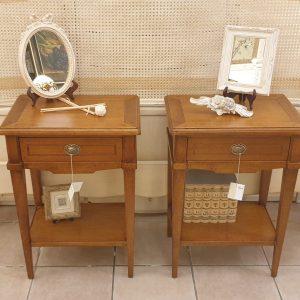 Coppia di tavolini comodini in legno di ciliegio intarsiato con un cassetto e un ripiano sottostante. Arredamento classico contemporaneo Siena e Firenze
