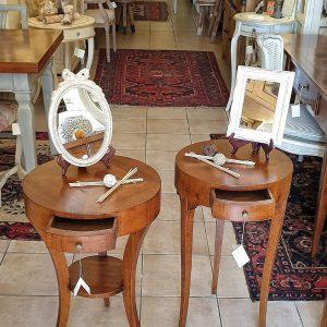 Coppia di tavolini in legno di noce tondi con cassetto di misura diversa di diametro. Arredamento classico contemporaneo Siena e Firenze