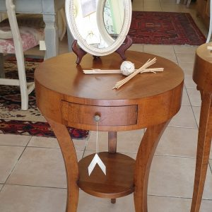 Tavolino tondo in legno di noce con cassetto diametro 45. Arredamento classico contemporaneo Siena e Firenze.